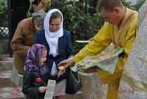 Настоятель поздравил прихожанок с днем памяти Жен Мироносиц-Новости