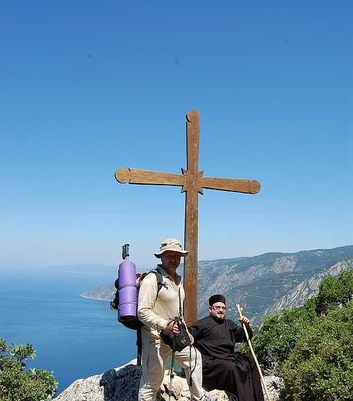 Первый крест по дороге на вершину