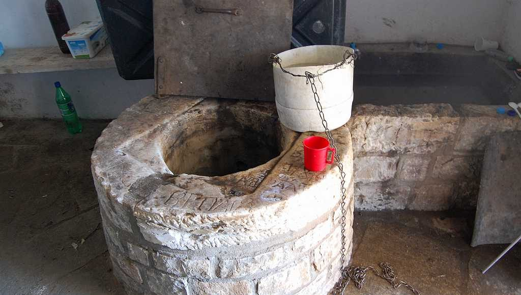 Колодязь в нутри Храма Панагии - просто спасение